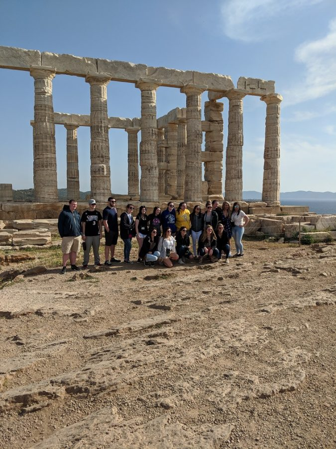Abington+High+School+students+pose+in+front+of+one+of+the+many+ruins+they+saw+on+the+Greece+andItaly+trip+in+2017.
