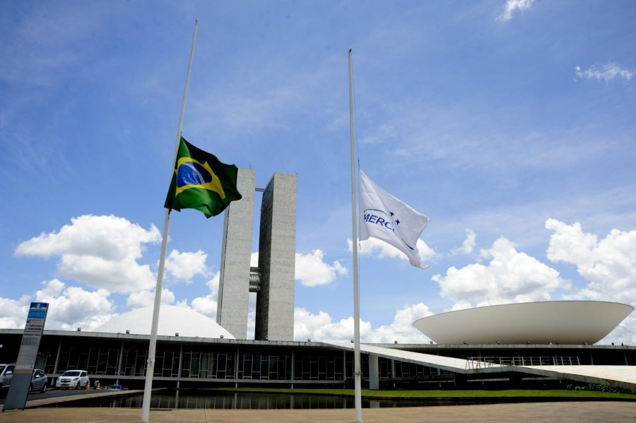 Half-mast+flags+of+Brazil+and+Mercosur+at+the+Pal%C3%A1cio+Nereu+Ramos%2C+Brasilia%2C+after+the+crash+of+LaMia+Airlines+Flight+2933.+November+29%2C+2016